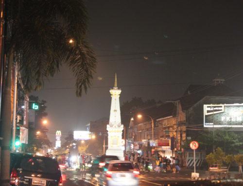 Berfoto Ria Di Tugu Yogyakarta (Jogja) Saat Malam Hari
